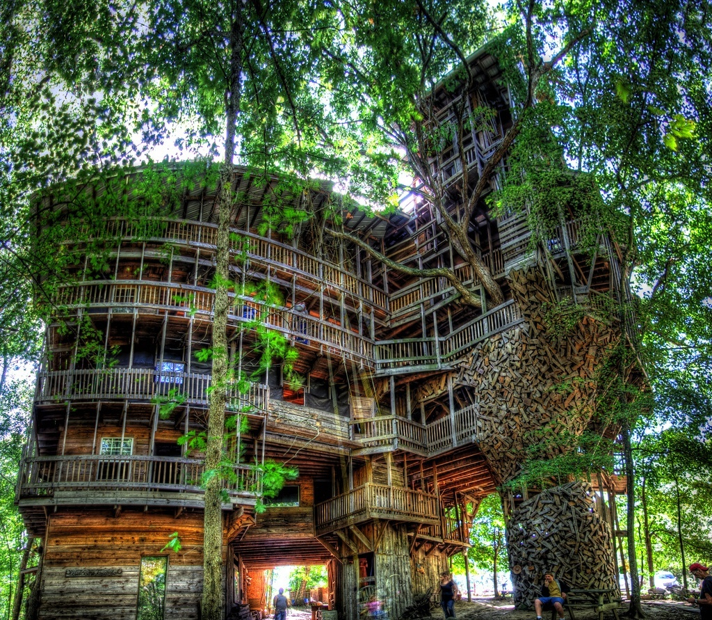 Most amazing tree houses in the world for Most amazing houses